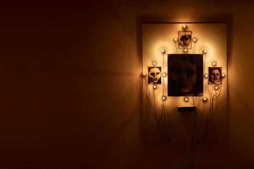 4-schwarz-weis-photographien-245-x-185-cm-bzw-605-x-505-cm-jeweils-unter-glas-gerahmt-17-gluhlampen-mit-kabeln-sowie-eine-biskuitdose-6-x-23-x-215-cm-mit-inneliegendem-hemd
